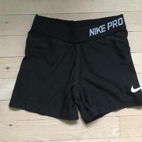 """Brand: Nike Pro (dri-fit) Varetype: Badebukser Størrelse: 8år Farve: Sort   Badebukser i den gode ende af """"gmb"""" fejler intet. Der står i str. M i dem, svarer ca til 8 år."""