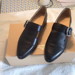 Lækreste sorte sko i ren læder. Prøvet indenfor.  I original æske. Stor str. 40. Fast pris.