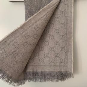 Gucci halstørklæde købt i efteråret 2018 - kvittering haves. Ikke brugt meget og derfor heller ingen former for slidt. Måler 48*180. 100% uld.