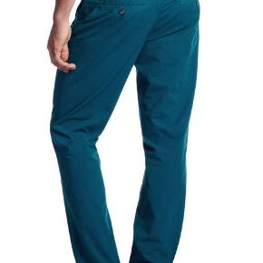 """En af forårets nye farver! Flot flottere flottest.. Hugo Boss chinos i den fedeste petroleums farve.  Varetype: chinos chino bukser Farve: Petroleum Oprindelig købspris: 1200 kr. Størrelse: 50 - M - 34"""" Livvidde: 86-90cm  Se også mine andre annoncer af mærkevarer i fortrinlig stand, til både manden og det smukke køn.  Jeans bukser"""