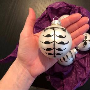 Julekugler med mønster Har små brugsspor, men ellers i flot stand  Sælges samlet for 50kr