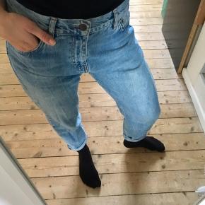Sælger disse boyfriend jeans i blå denim. De er bløde i materialet og behagelige at have på. Løs pasform.   Se også gerne mine andre annoncer - mærker som Ganni, Mads Nørgaard, Prada, Second Female mm