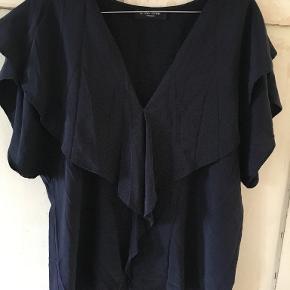 Smuk mørkeblå top i silke fra Bruuns Bazar i str 42. Fra ærmegab til ærmegab: 2x53 cm, længde: 60 cm. Den er brugt 3 gange og vasket. BYTTER IKKE. Sælges for 350 kr. Se også mine andre annoncer!!!