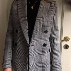 Blazer jakke fra H&M brugt meget lidt, er så god som ny