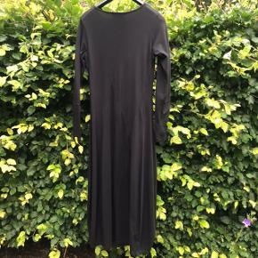 Den flotteste sorte kjole i A-facon med lange ærmer fra Ivan Grundahl i 95% bomuld og 5 % elastan i str L. En tidløs klassiker  Billederne taler for sig selv... Nypris 1899, sælges for kr 950 excl forsendelse