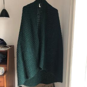 Smuk grøn strik trøje/kappe. Brand ukendt. Der er en knap, så man kan spænde den.   ❌BYTTER IKKE.