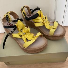 Nye lækre sandaler fra Airstep i str. 40. Købt til min datters konfirmation til en gul kjole, og kun brugt få timer. Fremstår som absolut nye! Prisen er fast og ikke til forhandling.