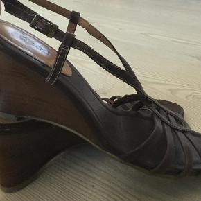 Varetype: Sandaler Farve: Brun Oprindelig købspris: 1099 kr. Prisen angivet er inklusiv forsendelse.  Så fine Wedges fra Ecco. Sat tilgod med brugt grundet lille ridse på snude. Se billede. Jeg betaler fragt og du betaler TS