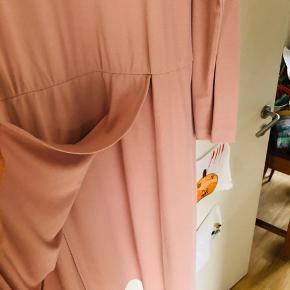Fineste kjole fra Filippa K, brugt 1 gang til et bryllup.    Se kjolen på på det sidste billede   BYTTER IKKE OG KØBER BETALER GEBYR OG PORTO