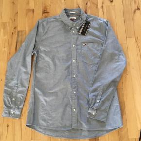 Lækker skjorte fra Tommy Hilfiger  Str: L  Sender med Dao 37kr  Afhente på Amager  Fast pris! 👕