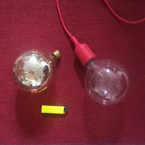 Rigtig flot lampe med rød ledning, og stor pære. Den ene pære er LED, den anden glødepære.   Mål: Pære omkring 13 cm land  Ledning omkring 3,5 m