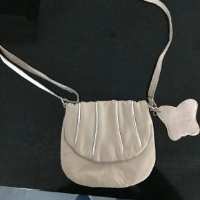 Sød lille taske i rosa med sølv striberMål : 17 x 15 cm Ægte læder - kun brugt et par gange