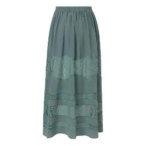 Lang smuk silkenederdel. 100% silke  Brugt 2 gange.