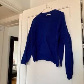 Blå sweater fra Won Hundred x Samsøe Samsøe i str. S.  Tryk køb nu eller bed mig oprette en handel, hvis du er interesseret ☺️  Tags: Samsoe samsoe - small - kobolt - mørkeblå - lynlås - strik - knit - sweater - striktrøje - strik bluse - jumper