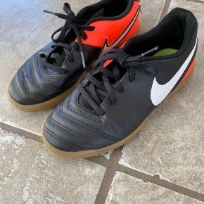 Skoen er brugt til håndbold i en kort periode!
