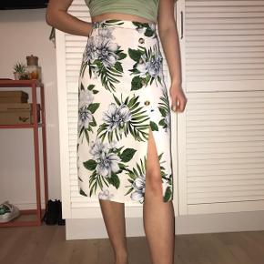 Lækker eksotisk mønstret nederdel fra Primark i flot snit med knapper. Perfekt til sommer! Brugt 2 gange, så helt som ny. Byd endelig :D