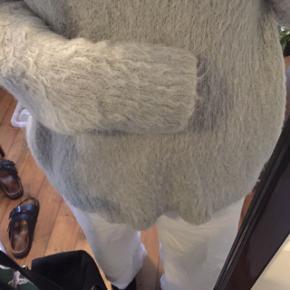 Lysegrå sweater fra weekday i oversize fit.  Meget blød og med v-hals Kan sendes med DAO for 36 kr eller afhentes på Nørrebro.  Skriv endelig med spørgsmål eller bud :)