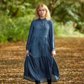 Skøn kjole fra Noella i mørkeblå. Får desværre ikke brugt den og derfor sælges den videre.
