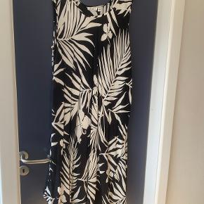 Fin sommerkjole fra Masai. Kjolen er købt i 2019 og brugt få gange. Modellen hedder Oculla. Uens længder, lang til under knæet. 100% viscose.