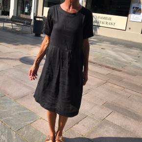 KØBES KØBES - jeg efterlyser denne smukke enkle kjole - ring 22311523 hvis du har den hængende og vil sælge den😊