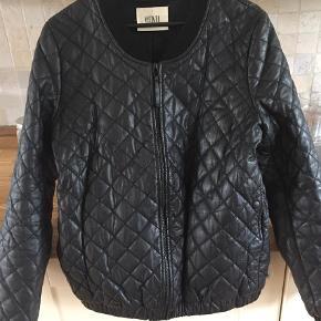 Varetype: Læderjakke Farve: Sort  Super fin jakke, har intet slid, huller el lign. Handler via mobilepay og bytter ikke :-)