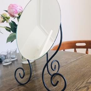 • Selve spejlet kan vippes op og ned!  Fragt: Kan afhentes i Aarhus eller sendes på købers regning!  Alle mine varer kommer fra et røgfrit hjem og jeg bytter ikke medmindre at andet står beskrevet.   Vh Frida Hjeresen :))