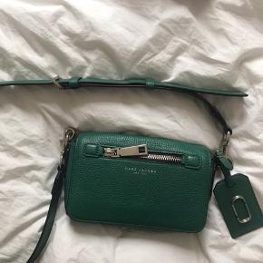 Sælger denne vildt fede Marc Jacobs taske for min mor. Den er brugt få gange, og fremstår derfor som ny. Skriv endelig for flere billeder eller mere info!💋