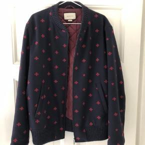 Sælger min dejlige Gucci jakke.. og kun jakken, jeg mistede boksen efter en flytning. Ny pris 17.00.00 nu pris 12.00,00