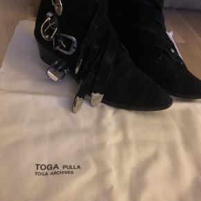 Sælger mine Toga Pulla støvler - de er ikke brugt så meget så pris derefter. De fejler ingenting og har ingen flaws. Er åben for bud :))