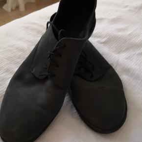 Fin sommersko fra svenske Filippa K. Brugt én gang til bryllup, ellers som ny. Vasket sort læder, så farven fremstår mere grå. Lette og gode til sommer. Størrelse 42.