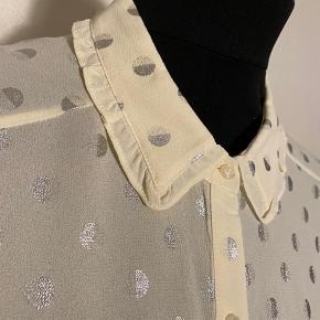 Den smukkeste skjorte med fine detaljer  Størrelsessvarende