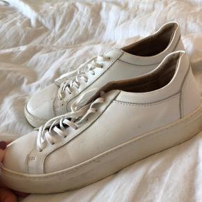 SELECTED læder sneakers. Ser brugte ud men kan rengøres med klud. Har bare ligget sammen med andre sko :-)