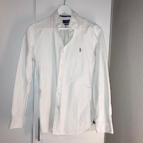 🌸polo Ralph Lauren skjorte🌸   Sælges da jeg aldrig får den brugt! Den er Str S men kan fitter meget mere en M! Rigtigt lækkert stof og god kvalitets skjorte   Skriv for bud jeg er åben🤗