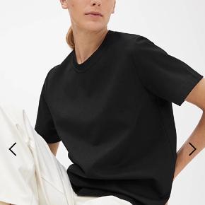 T-shirt str S i tyk bomuldskvalitet fra Arket. Brugt 2 gange, stand som ny. Nypris 320,-