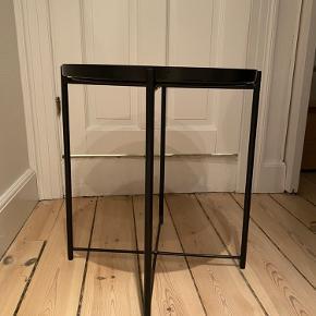 Ikea bakkebord (Gladom) kun 4 mdr. gammelt og fejler intet.   45x53 cm.  Nypris: 149 kr.