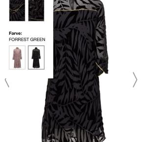 Smuk mørkegrøn kjole med underkjole fra Day, ny med prismærke, ny prisen er 2799 kr, den er lavet af viscose og silke.