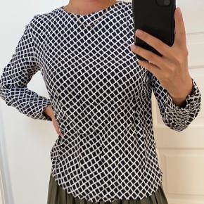 Bluse fra zara, i en str. m som også sagtens kan passes af en str s. Den er brugt en gang og har derfor ingen tegn på slid. BYD!!