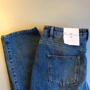 Hej Jeg sælger disse helt nye lækre jeans fra 2nd Day der har størrelsen 30. Hvilket er størrelsen i livet. Bukserne måler 81cm fra skridtet til bund og 40cm i livet. Modellen hedder Five True Lover og har farven Indigo Stone Enzyme. Er købt til et lagersalg, hvor jeg ikke havde mulighed for at prøve dem. De sælges da de desværre ikke passer mig. De fejler intet:)) Billederne viser buksens brede i livet og længde fra skridt til bund, skriv endelig hvis du vil have mål af andet eller flere billeder:))  Bukserne koster fra ny 1300,-  Jeg har købt dem til halv pris. Sælges for 400,- eller kom med et bud:))