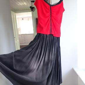 """Severine Peraudin - Fashion desinger Paris. Silke Cocktail kjole  Har betalt for den Kjole 1550 Euro. Det står størrelse M - men fransk """"M"""" svarer 34 i DK"""