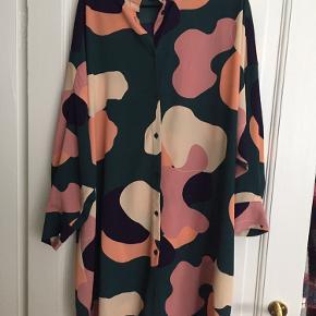 Skjortekjole fra Monki i str. L. Materialet er 98% polyester og 2% elastane. Brugt og vasket et par gange. Kom med et bud. :-)