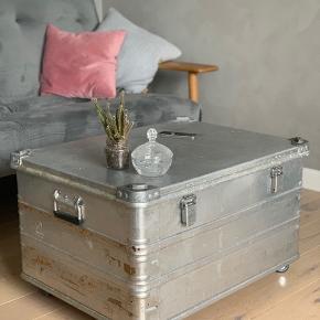 Musik transport kasse, bruges som sofabord, sælges da vi søger nyt. ☺️