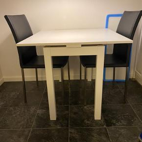 Smart foldeud bord!  Højde: 74cm Bredde med 2 plader: 88,5cm Bredde slået sammen: 50 cm