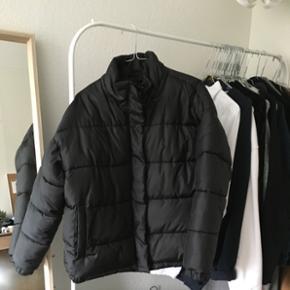 Dejlig varm jakke fra Monki! Størrelse M Der følger hætte med, som kan lynes af og på Byd! 😊