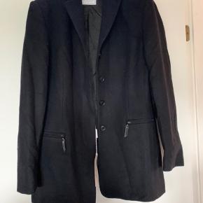 Flick  Har en lang sort nederdel til  SÆT PRIS 100 kr