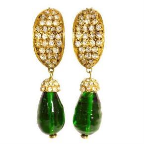 Hollywood bling! Meget smukke og sjældne vintage clips øreringe fra Chanel.  Med hvide krystaller og grøn sten. Standen er vintage, og har let slid. flot stand. Leveres i Chanel æske.
