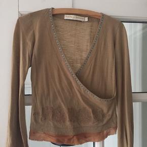Smukkeste bluse som er god til både jeans, nederdele og læderbukser.