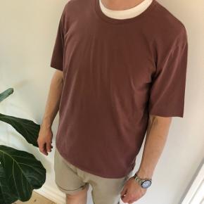 Box fit t-shirt. I en yderst lækker bomulds kvalitet. Aldrig brugt.  Obs! Køber afholder gebyret for handel via TS.