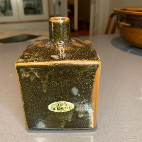 Håndmalet firkantet stntøjsvase. Kvadratisk med marguerit lignede blo,st på forsiden. Måler 8x8cm og er 12 cm høj. Pris kr 40