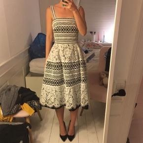 Fin kjole med blonder og bar ryg fra Nokara Boutique. Den er mærket som str. S, men svarer til en XS. Sort med hvide blonder. Utrolig smuk. Den har kostet 2600 kr. og sælges nu for 450 kr. Super smuk, one of a kind. Kan afhentes og prøves i Kbh K.