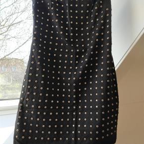 Brand: Acne jeans Varetype: Super fed kjole Størrelse: M(lille) Farve: Se billeder Prisen angivet er inklusiv forsendelse.  Brugt få gange.  Mangler et par nitter. Er syet lidt ind i livet